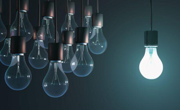 En glödlampa som lyser, 10 glödlampor som inte lyser.